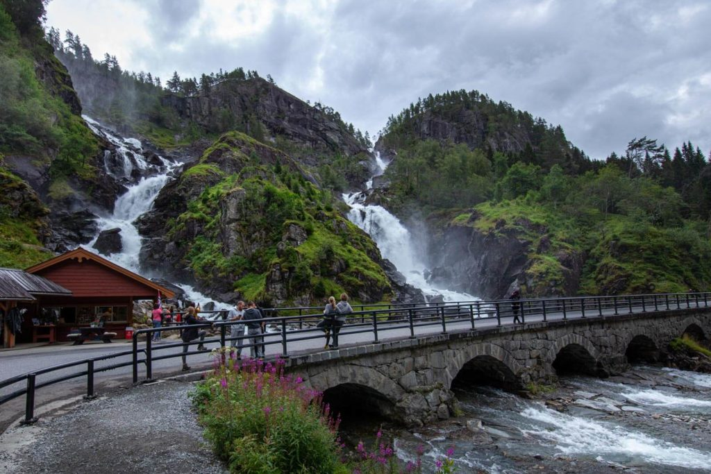 Norwegen Roadtrip - Låtefossen Straße
