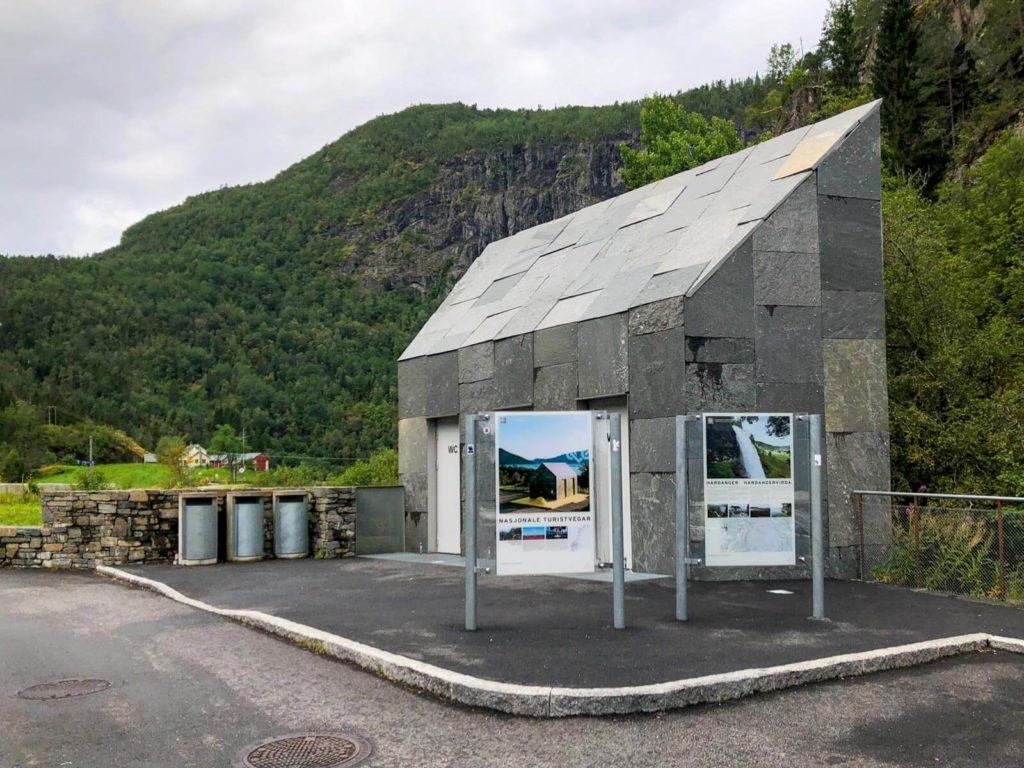 Norwegen Roadtrip - Öffentliche Toilette Skjervsfossen Wasserfall