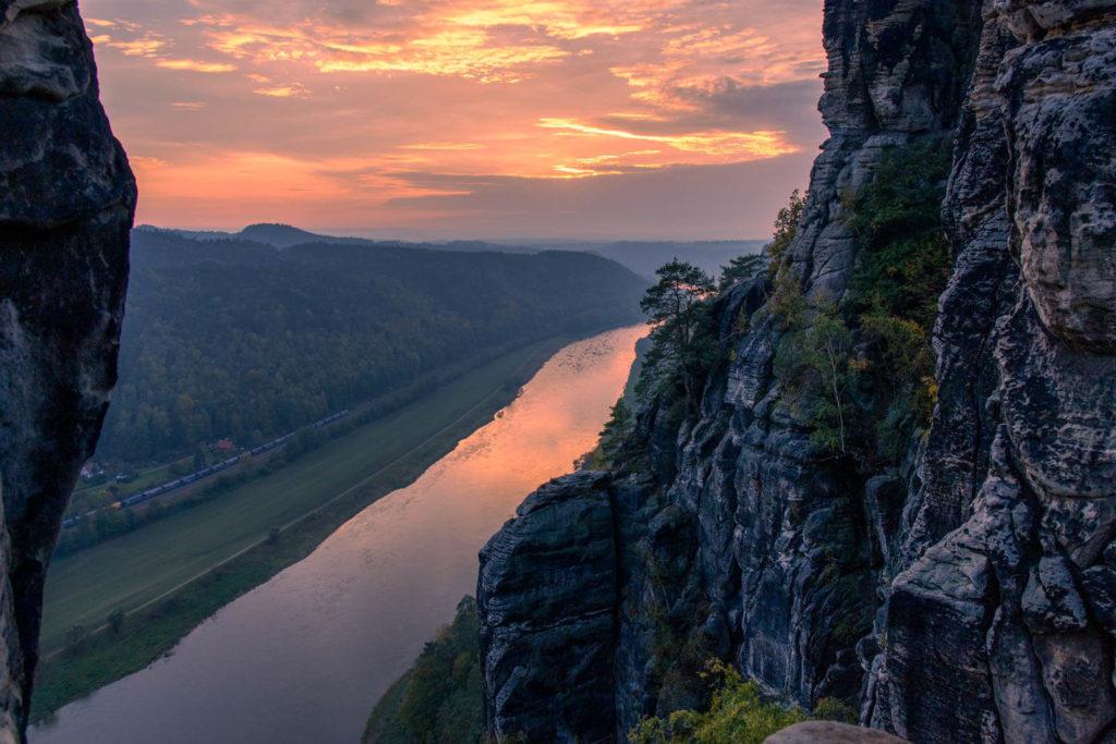 Ausblick von der Basteibrücke über die Elbe - Wandern in der Sächsischen Schweiz