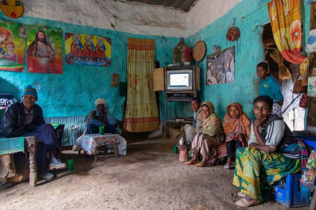 Zu Gast im Wohnzimmer einer äthiopischen Familie in Kossoye - Äthiopien Reisebericht in Bildern