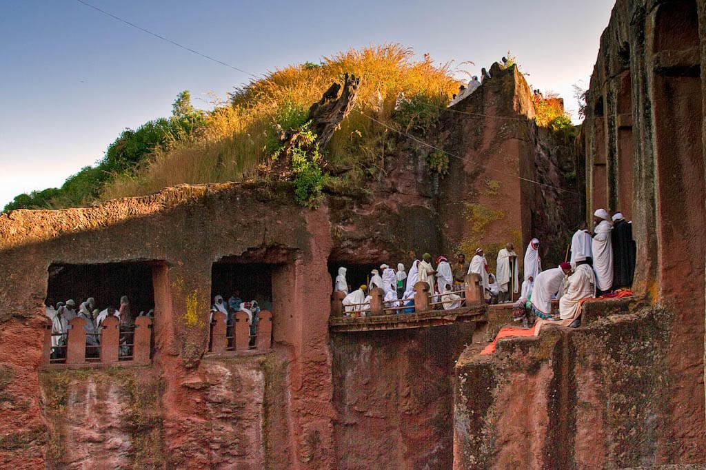 Gläubige Pilger beim Morgengebet in den Felsenkirchen in Lalibela - Äthiopien Reisebericht in Bildern