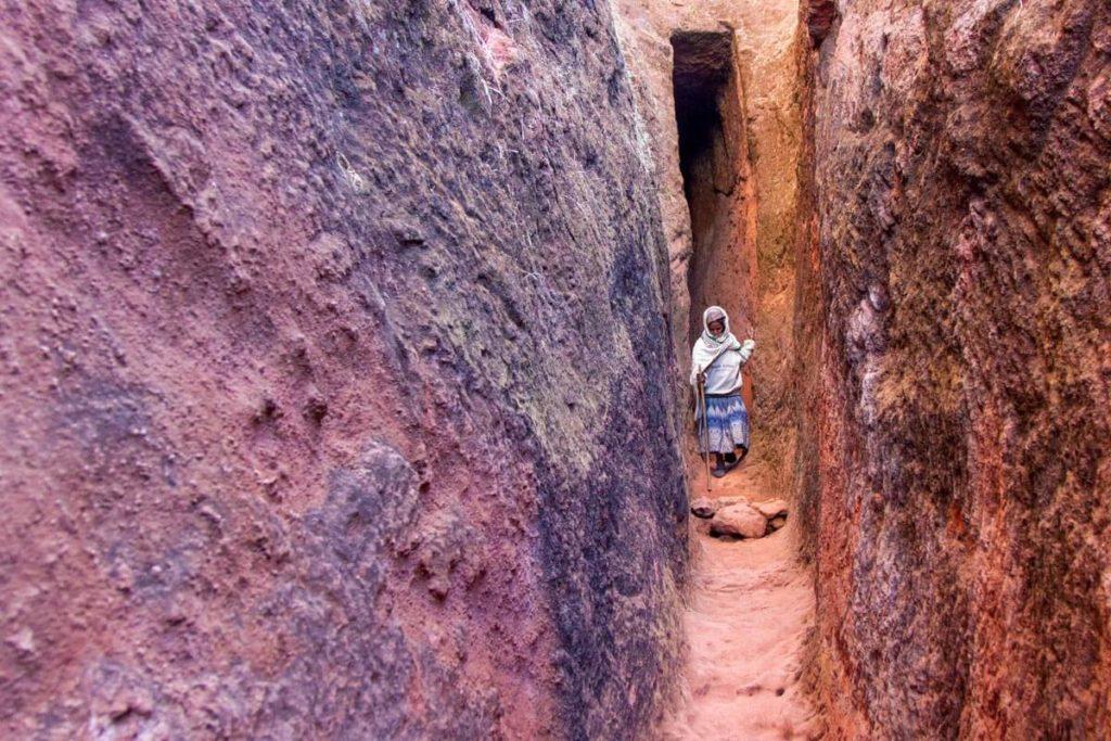 Pilger im engen Verbindungsgang zwischen den Felsenkirchen in Lalibela - Äthiopien Reisebericht in Bildern