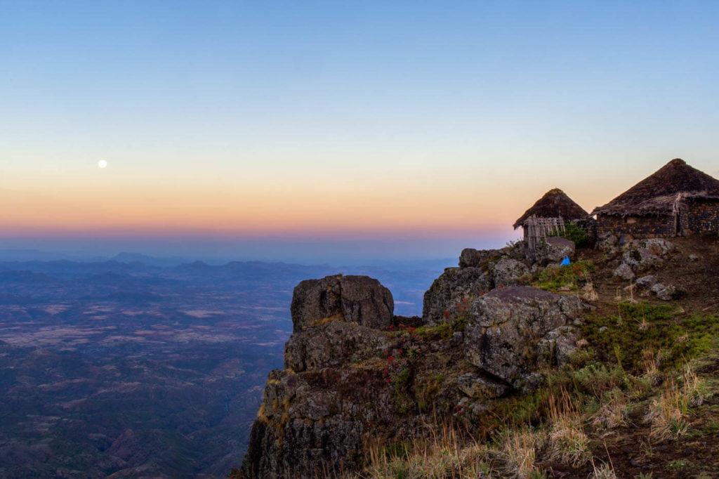 Hütten am Abgrund im Hochland bei Lalibela - Äthiopien Reisebericht in Bildern