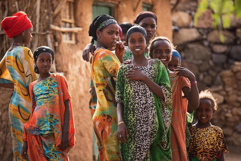 Äthiopische Frauen in bunten traditionellen Gewändern - Äthiopien Reisebericht in Bildern