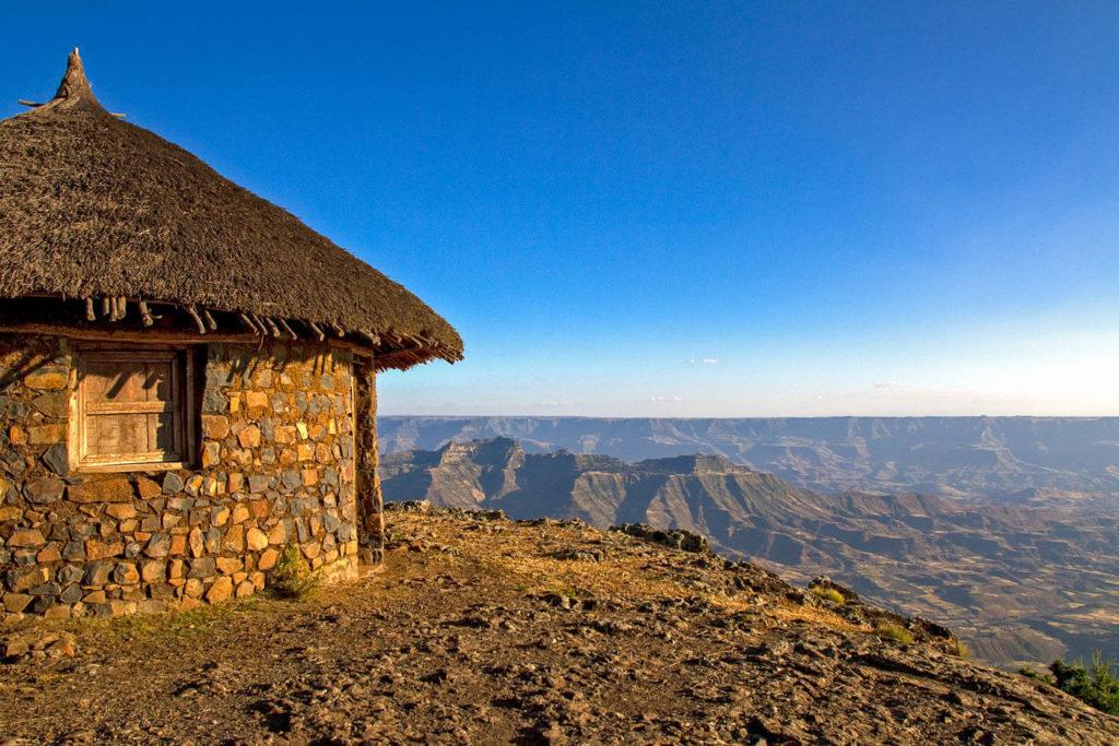 Tukul auf Hochplateau mit Blick in die Umgebung von Lalibela - Äthiopien Reisebericht in Bildern