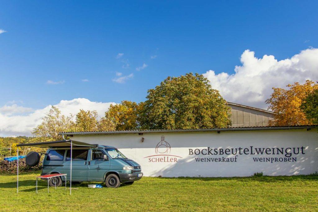 Camping beim Winzer auf dem Wohnmobilstellplatz des Bocksbeutel Weigut Scheller in Stammheim am Main in Franken