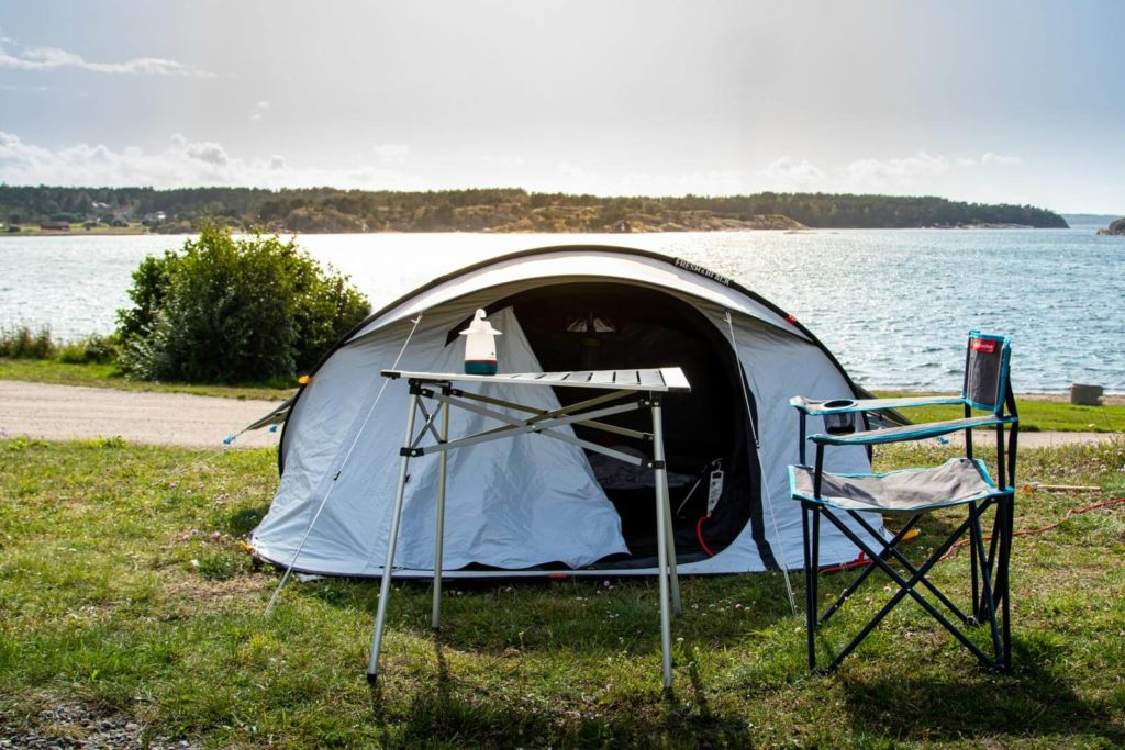 Zelt, Tisch und Stuhl auf Campingplatz Bofoers Camping mit Blick auf das Meer in Schweden - Skandinavien Rundreise mit dem Auto