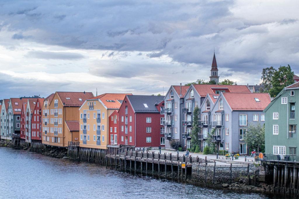 Die hübschen, alten Holzhäuser am Hafen von Tronheim - Skandinavien Rundreise mit dem Auto