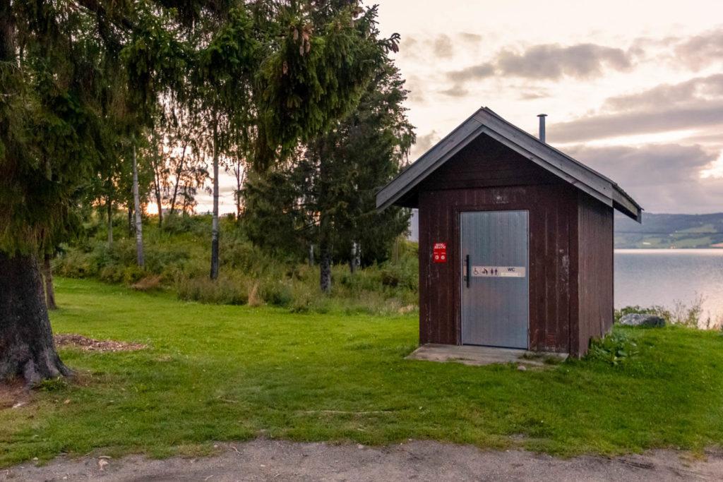 Kleines Toilettenhäusschen auf einer kleinen Halbinsel in Norwegen - Skandinavien Rundreise mit dem Auto