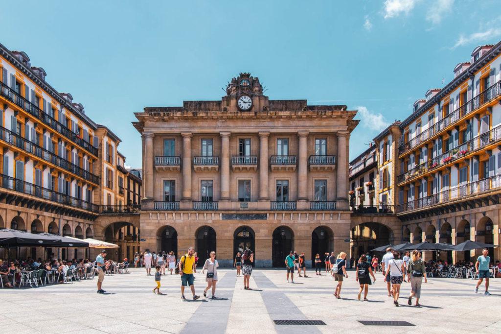 San Sebastian Reisebericht und ReiseRathaus Plaza de la Constitución in Donostia San Sebastian Spanien